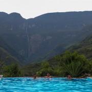 Turistas en una piscina