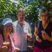 Turistas degustando cacao