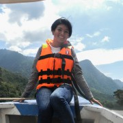 Turista viajando en canoa