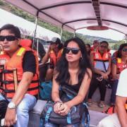 Turistas viajando en canoa