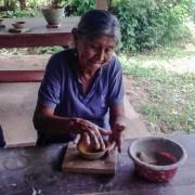 Abuelita chazutina haciendo artesanías