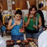 Turistas probando chocolate