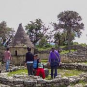 Turistas visitando ruinas
