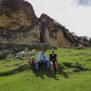 Turistas frente a ruinas