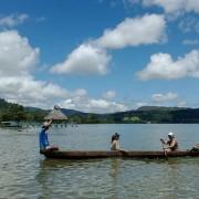 Turistas en una canoa