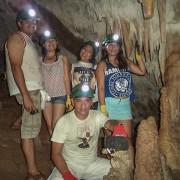Turistas dentro de una cueva