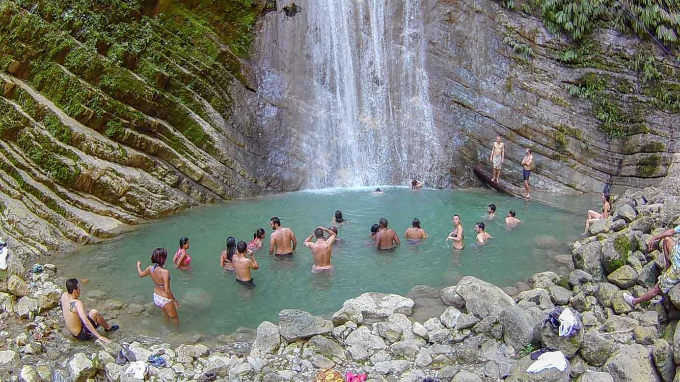 Turistas frente a una cascada