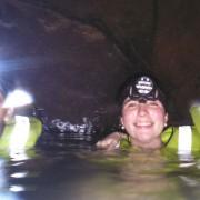 Turistas bajo una cueva