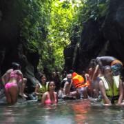 Turistas en un rio