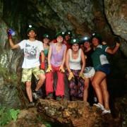 Turistas en una cueva