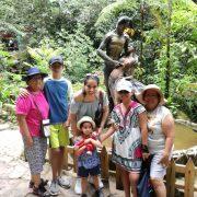 Familia Subiendo a las Cataratas de Ahuashiyacu