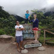 Familia joven en la Entrada a las Cataratas de Ahuashiyacu