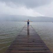 Turista posando en frente de la laguna azul