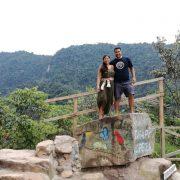 Pareja en la Entrada a las Cataratas de Ahuashiyacu